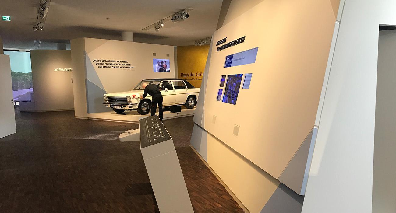 Delafair Ausstellungsbau: DVAG - Ausstellungsraum mit Oldtimer