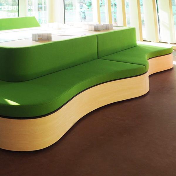 Delafair exklusive Möbel - wellenförmige Sitzbank um Tisch herumlaufend