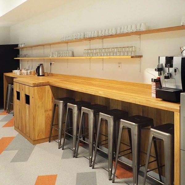 Delafair Innenausbau - Portfolio - Küchentheke aus Holz mit Barhockern