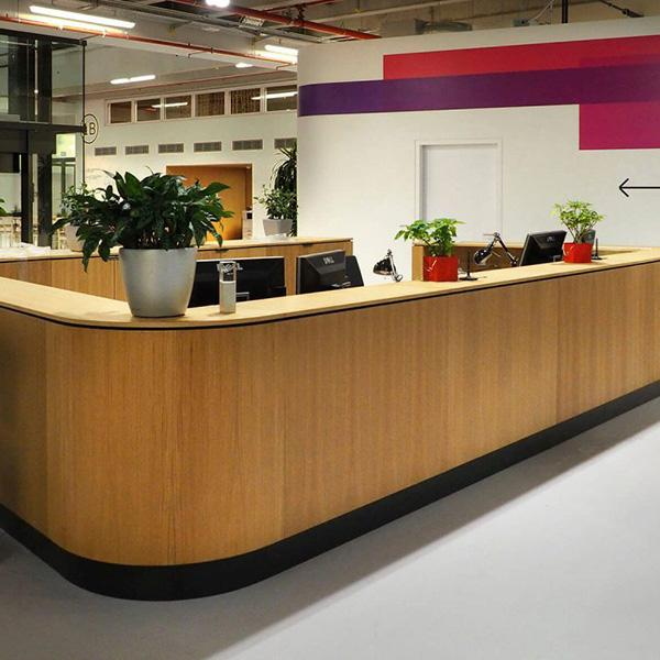 Delafair Innenausbau - Bosch Empfang mit Theke