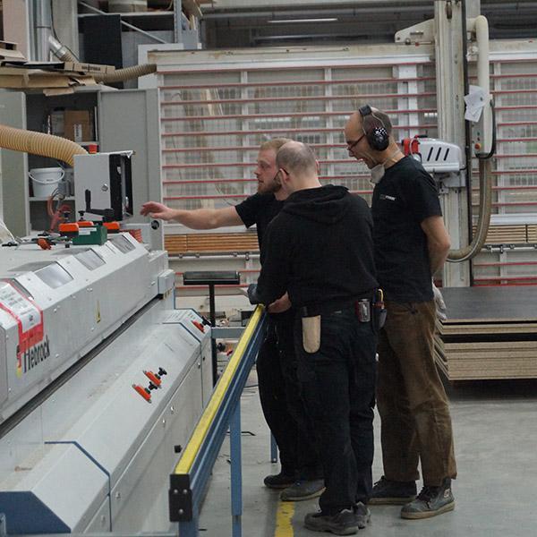 Delafair Mitarbeiter bei der Arbeit an Maschine