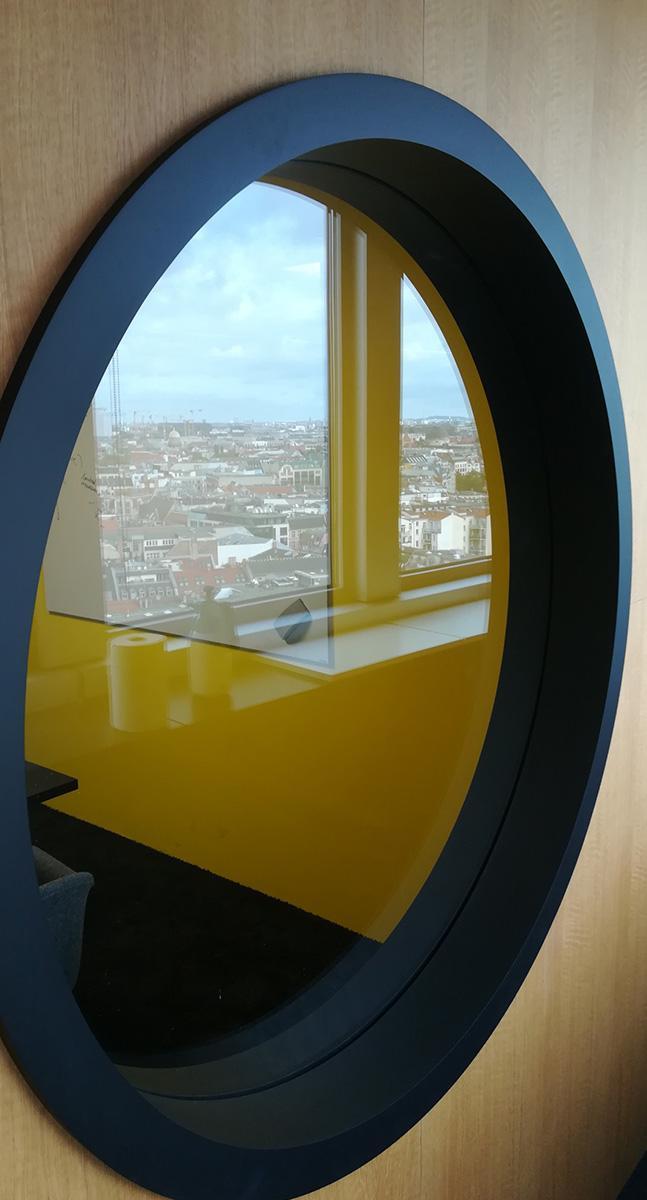 Delafair Büroausbau - rundes Fenster in der Innenwand