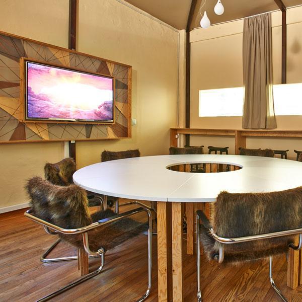 Delafair Innenausbau - Tisch mit Stühlen in ausgebautem Loft
