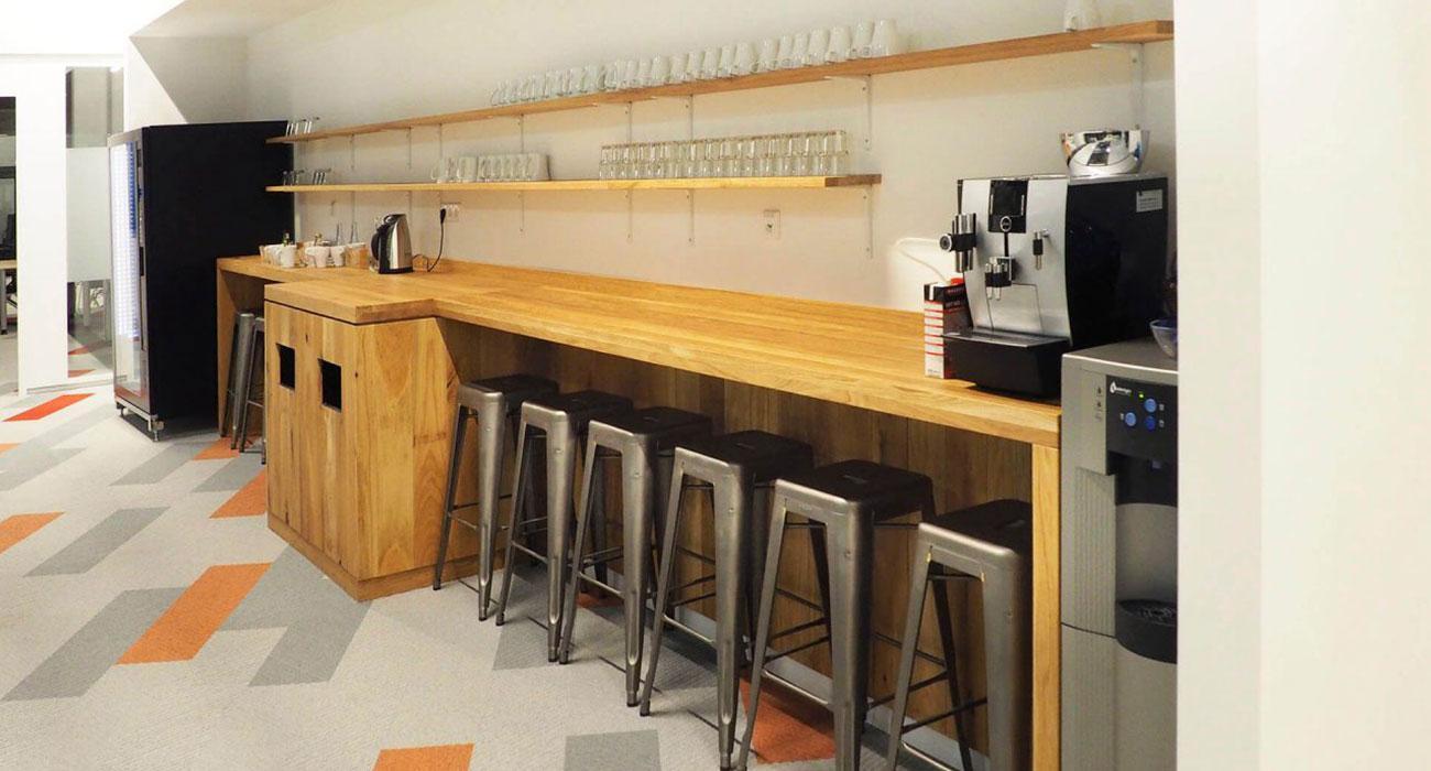Delafair Küchenbau Berlin - helle Küche mit Holzfront und Barhockern