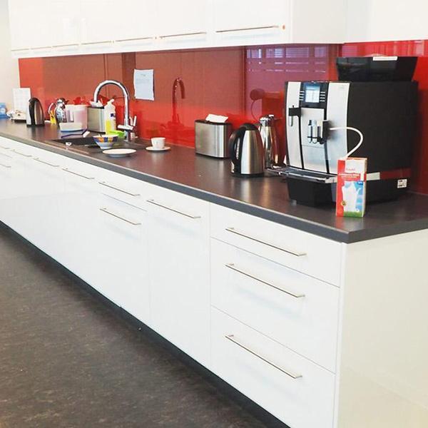 Delafair Innenausbau Berlin - moderner Küchenbau - Küchentheke weiß und rot